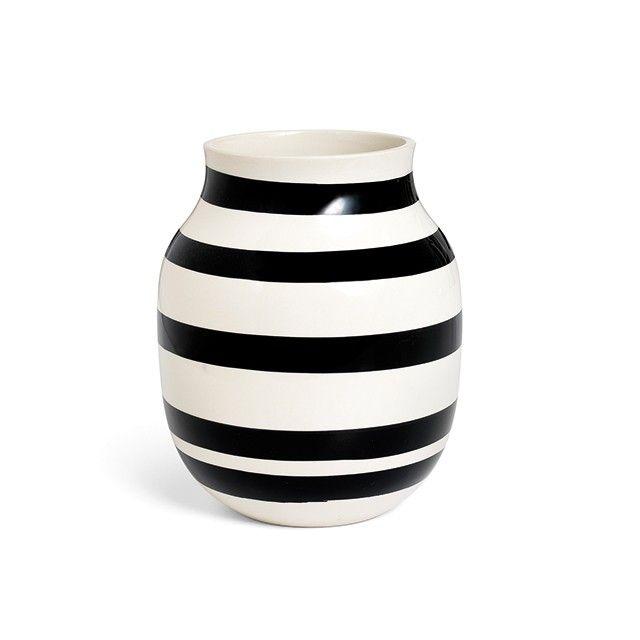 Omaggio Vase Sort Medium   En ikonisk vase, der allerede har fundet vej til mange designentutiasters hjem verden over. De håndmalede sorte striber, der pryder den klassiske Omaggio-vase, gør hver eneste vase helt unik. Det bløde formsprog komplimenterer vasens enkle og grafiske udtryk, og tilføjer en levende dynamik hvor end den placeres. Fyld årstidens friske blomster i den henrivende Omaggio-vase.