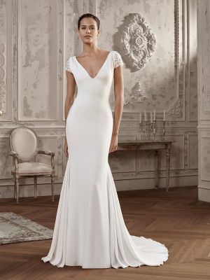 124f21055 AINSA. Very elegant wedding dress with v-neck and mermaid silhouette ...