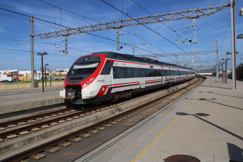 circulación de cercanías procedente de Jerez de la Frontera entrando en la estación de ferrocarril de El Puerto de Santa María
