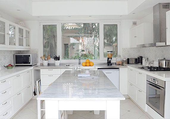 Con predominio de superficies blancas, la cocina tiene pisos de