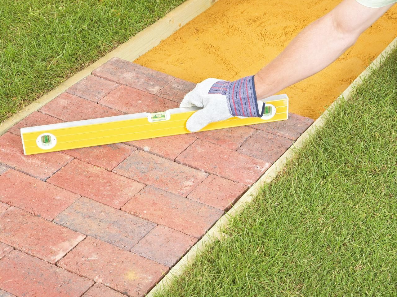 How to Lay a Brick Pathway | pavings | Pinterest | Retaining walls ...