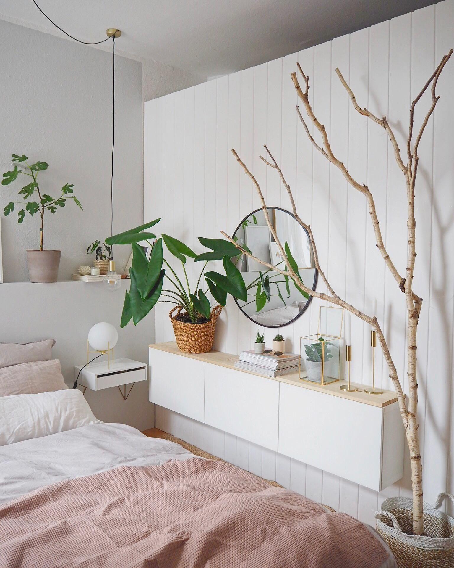 Oursweetliving hatte eine super kreative Dekoidee mit dem Birkenstamm - Wie findet ihr das Schlafzimmer?  Entdecke noch mehr Wohnideen auf COUCH #wohnen #einrichtungsideen #einrichten #interior #COUCHstyle #birke #birkenstamm #birkenast #deko #dekoration#diy #upcycling #hausdekodekoration