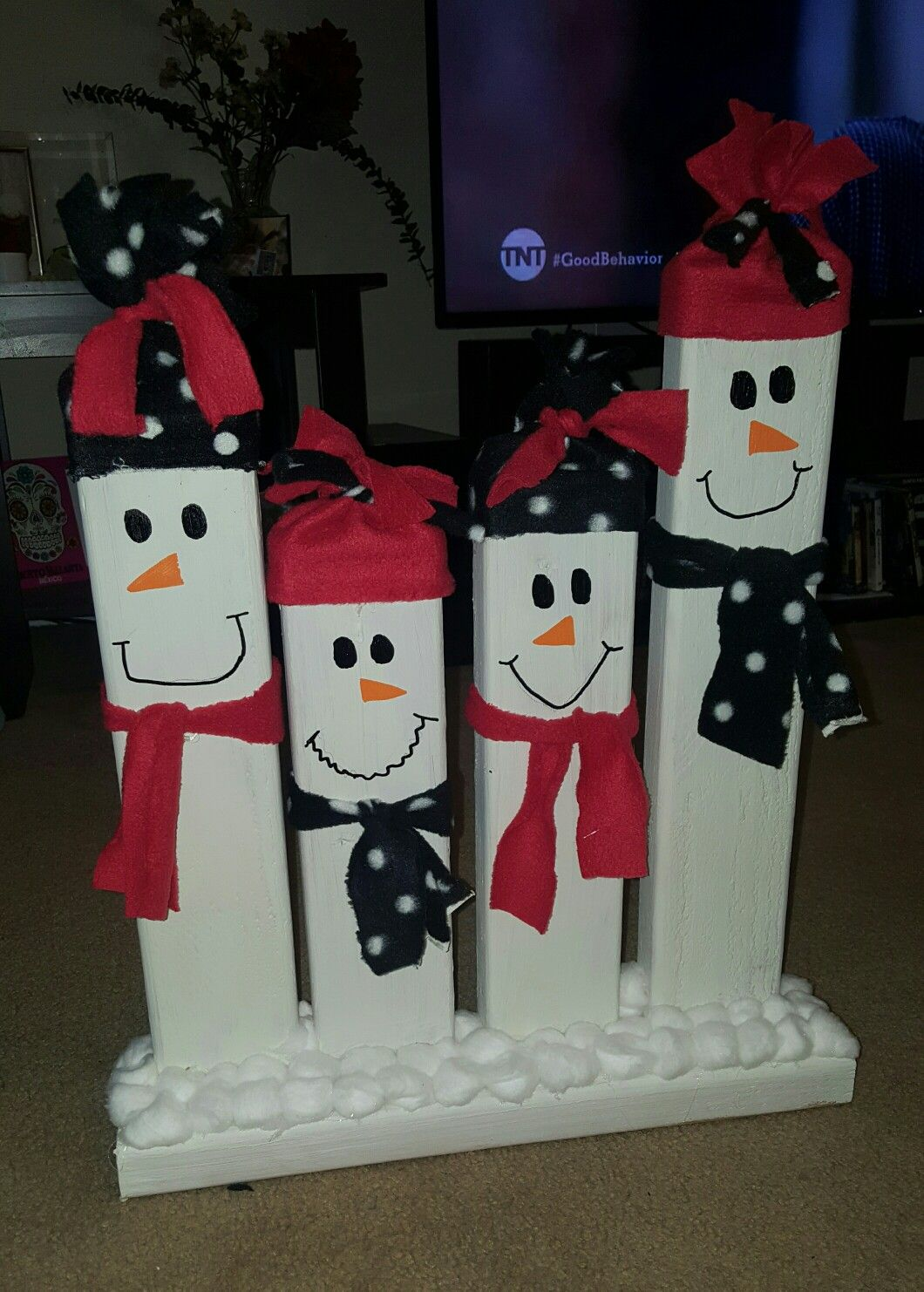 Cute And Easy Snowman Family Made From A 2x4 Board Xmas Crafts Christmas Crafts Diy Christmas Decorations Easy