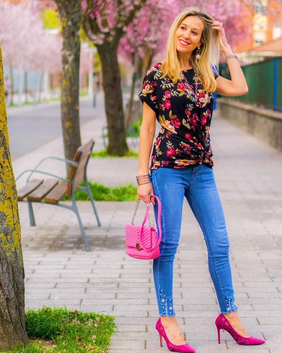 Hola Soletes Hoy Tenemos Un Día Gris Y Lluvioso En Vitoria Y Para Compensar Le Pongo Un Toque De Rosa Y A Disfrutar Del Sábado Al Fashion Capri Pants Pants