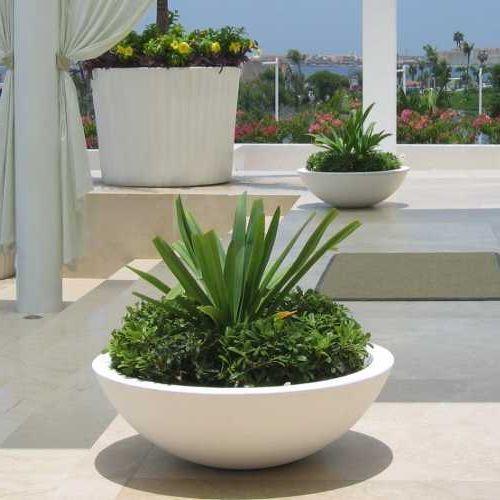 Maceta jicara blanca en hotel le blanc terrace - Macetas minimalistas ...