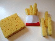 Thema: Koken en bakken. Making Play Food Nep frietjes van een spons