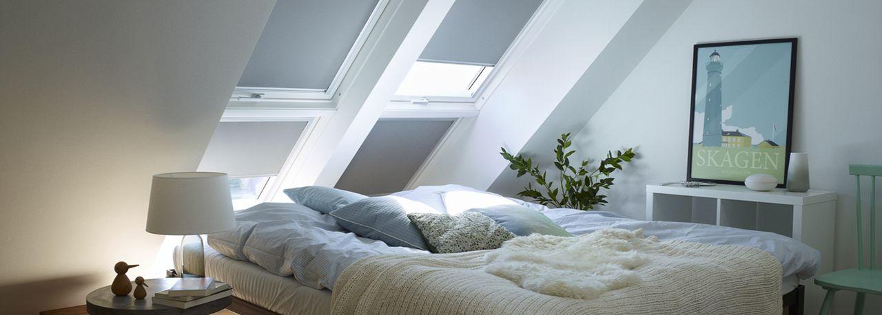 Photo of Delikat soverom med avstemte farger Blendingsgardinene til takvinduet mørklegge …
