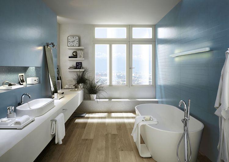 Matt blaue wandfliesen und bodenfliesen in holzoptik badezimmer