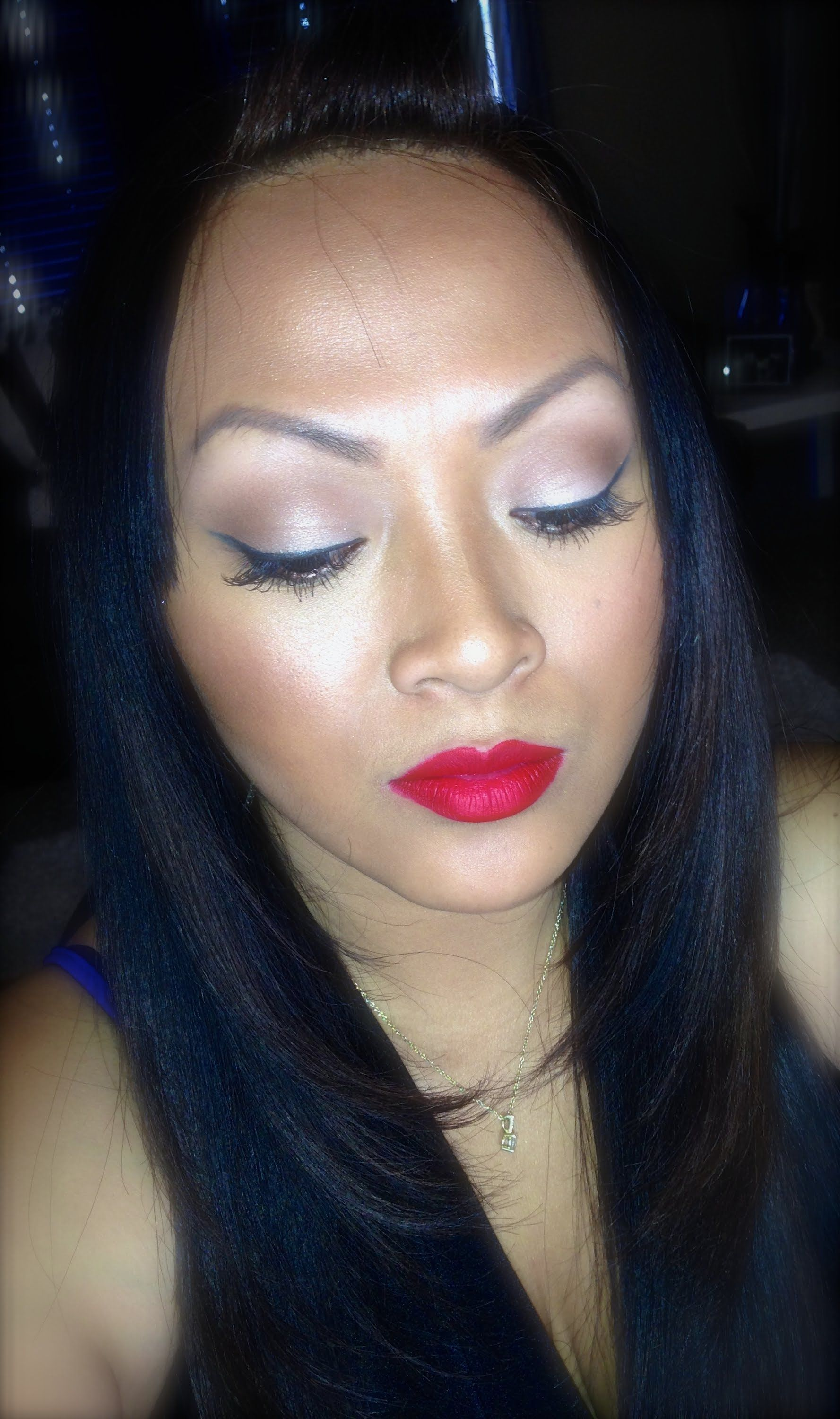 Wing Liner o Cat Eye with red or neutral color lips