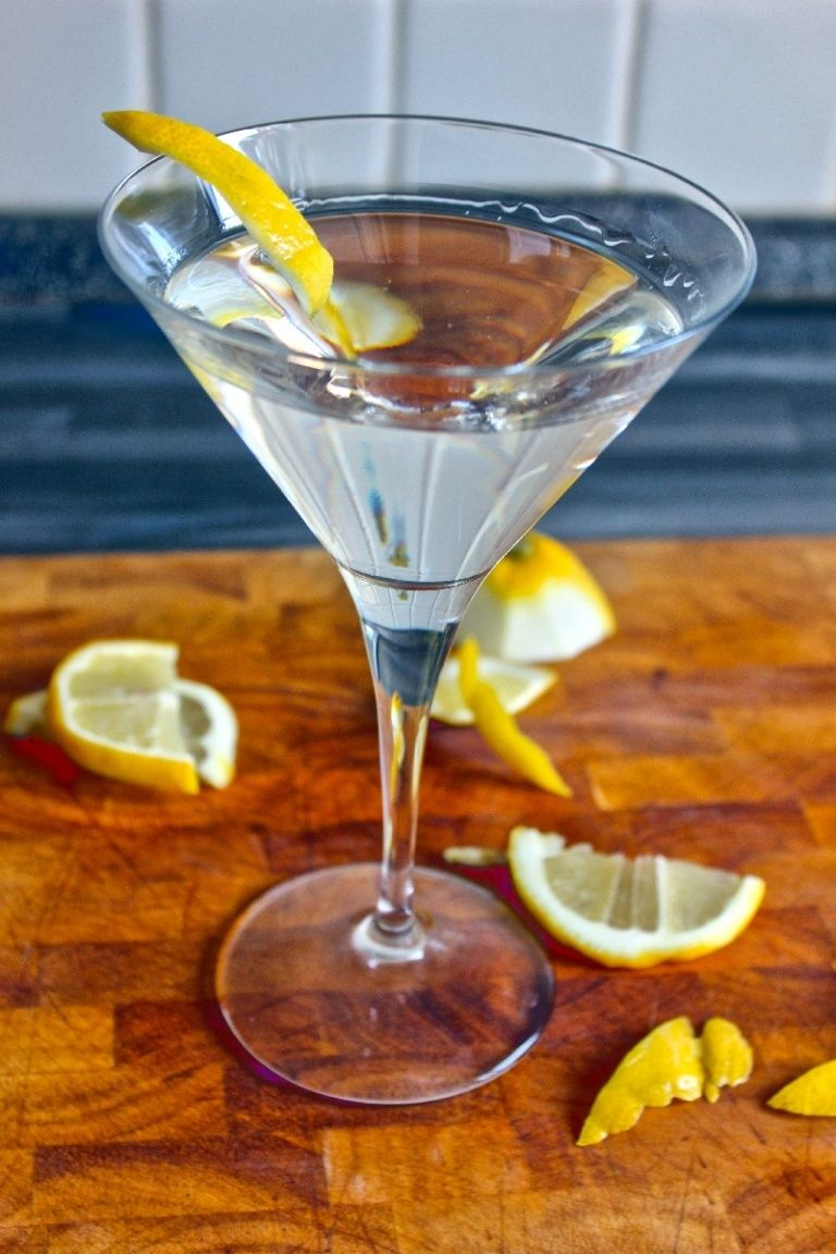 Vodkatini cocktail recipe cocktail with vodka and dry vermouth vodka martini cocktail recipe how to make the perfect vodka drink sisterspd