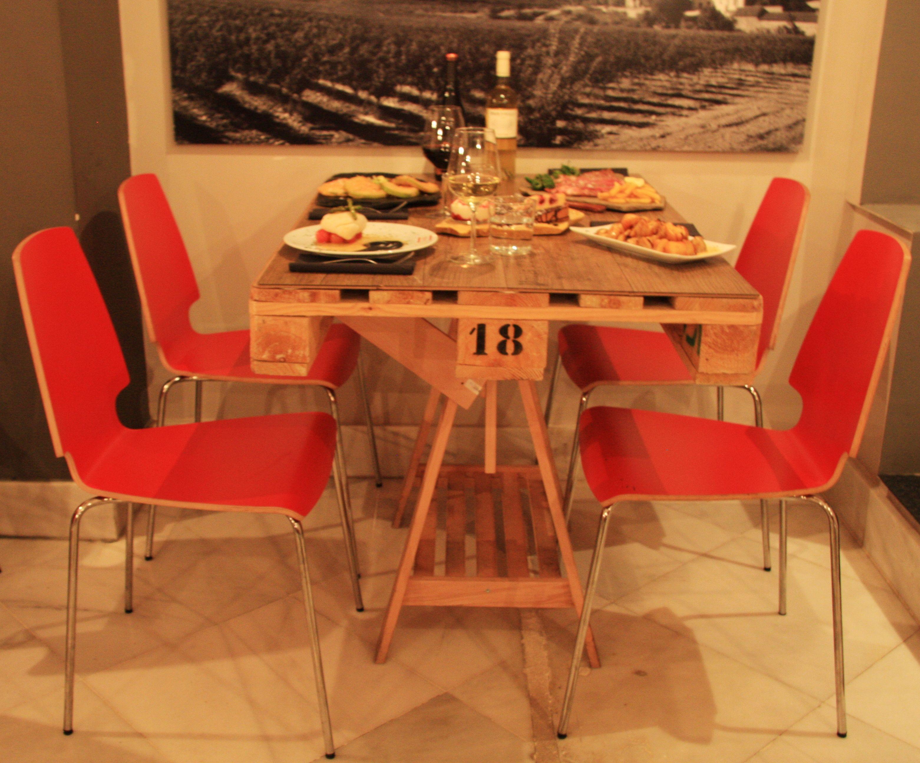 palets de madera reciclado como mesas en nuestro