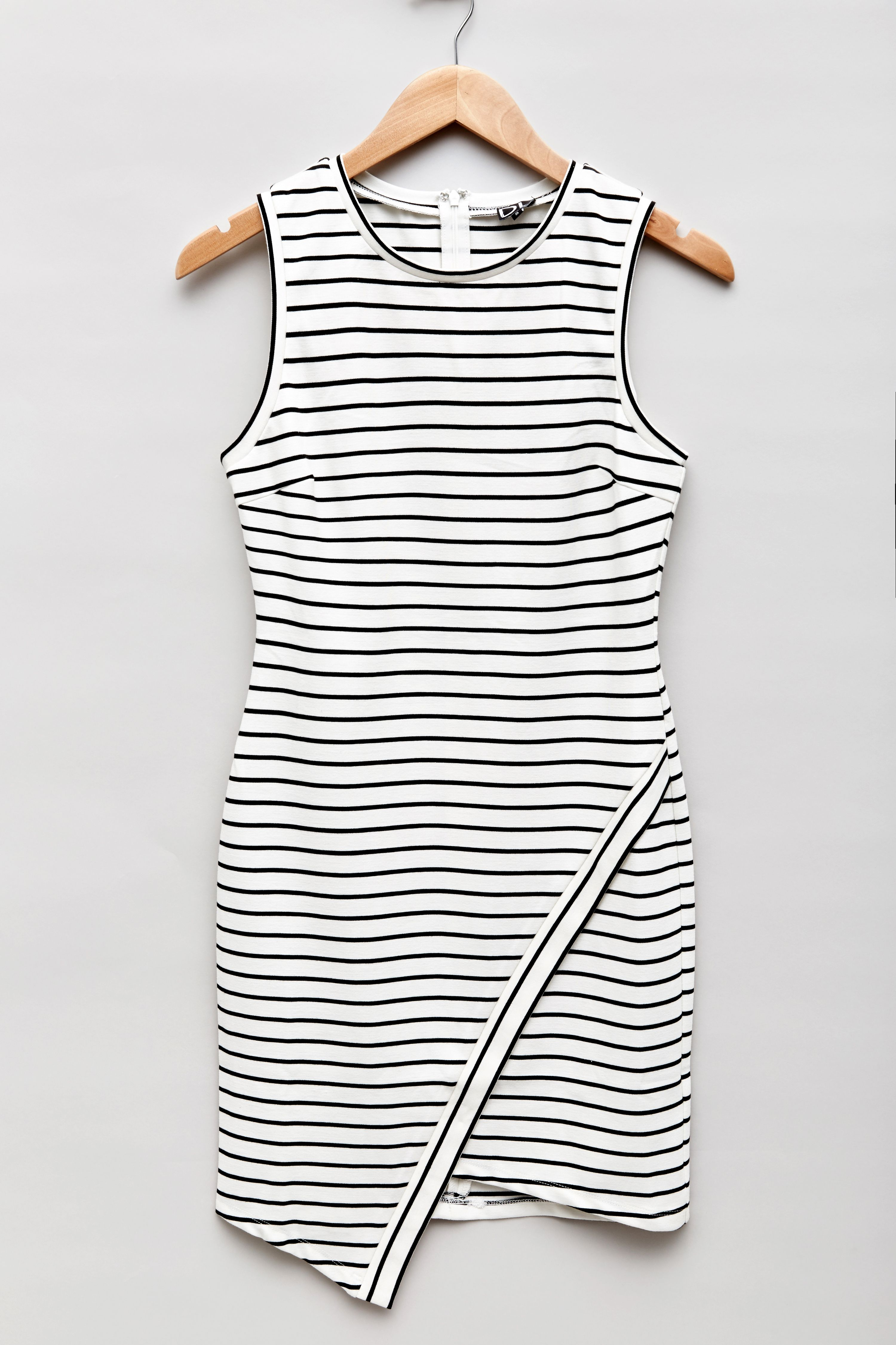 Our best-selling DAILYLOOK Elaina dress is back in stock and ready to get packaged in your Elite boxes. It's the perfect striped dress!