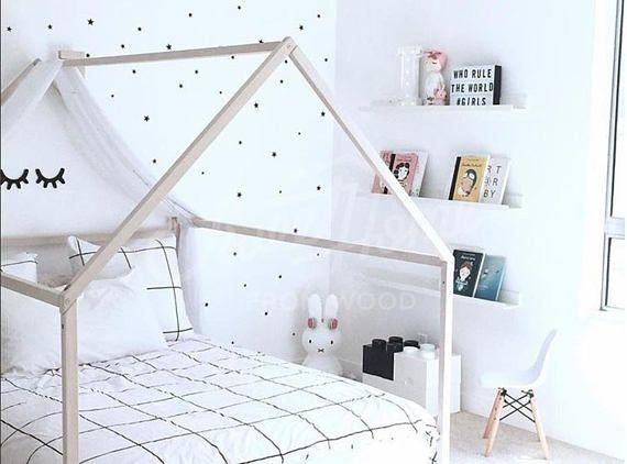 Holzhaus Bettrahmen ist Babybett für Kinder, wo sie schlafen und ...