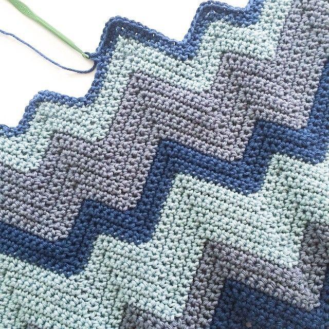 Prøver på nytt med en større heklenål. Mye mykere og det vokser mye raskere! Me like!! #sikksakkteppe #denstoreguttestrikkeboka #babyteppe #babyblanket #crochet #hekle