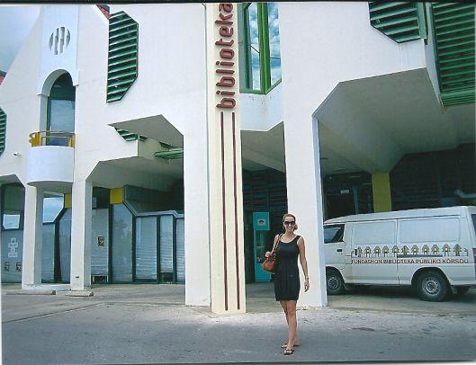 Angelique Krol verlaat de openbare bibliotheek van Willemstad in Curacao