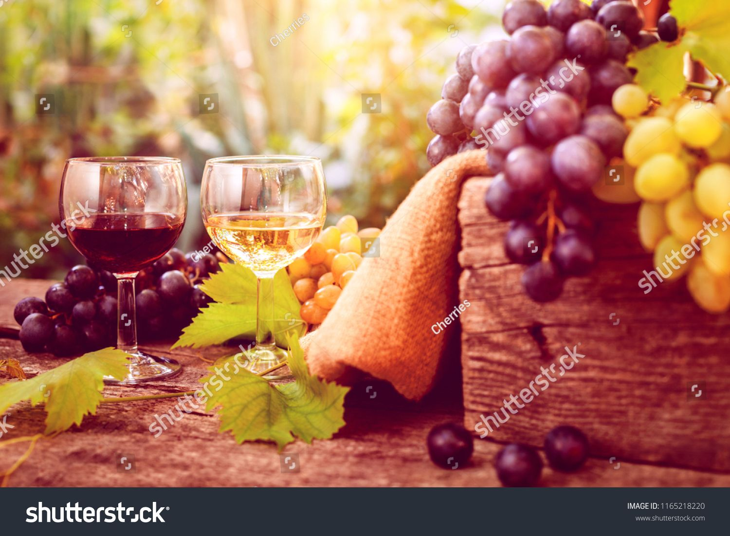 Glass Of Red And White Wine With Dark And White Grapes On The Side Ad Ad White Red Glass Wine In 2020 Red And White White Wine Glass