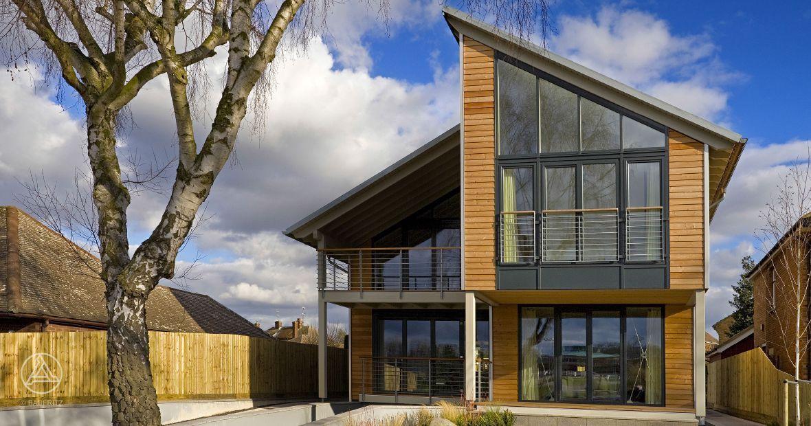 okohaus modernes akohaus mit hohenversetztem pultdach sowie groaza 1 4 gigen glasflachen und einer credo holzfasade baufritz webb oko haus ger ltd