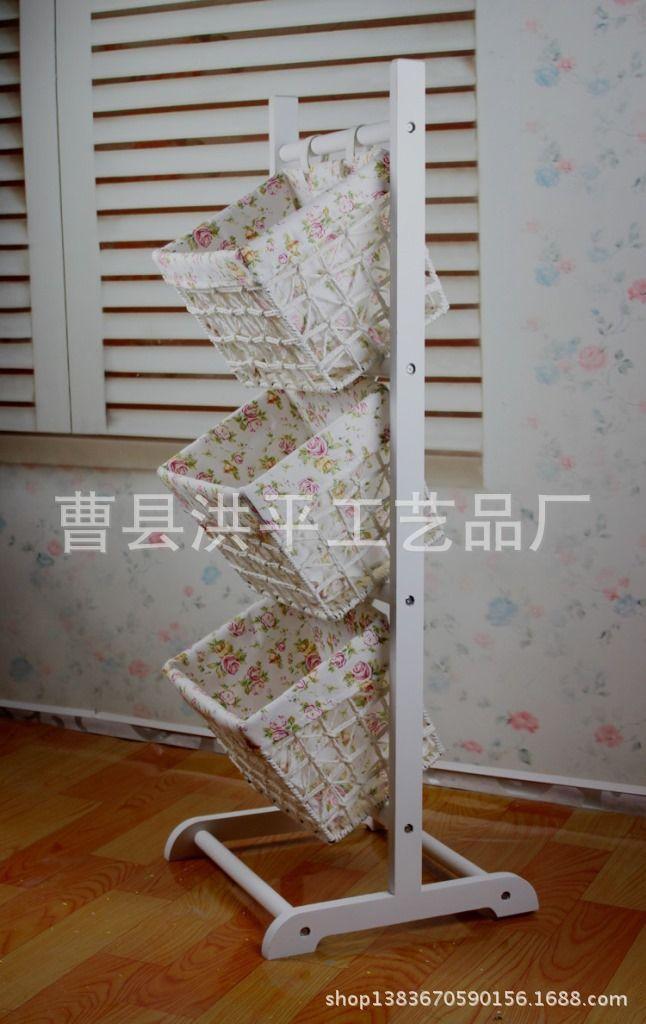 cestos multi uso na escada de madeira. servem para organizar brinquedos, lavanderia e outros, pode ser usado cesto de plastico de feira