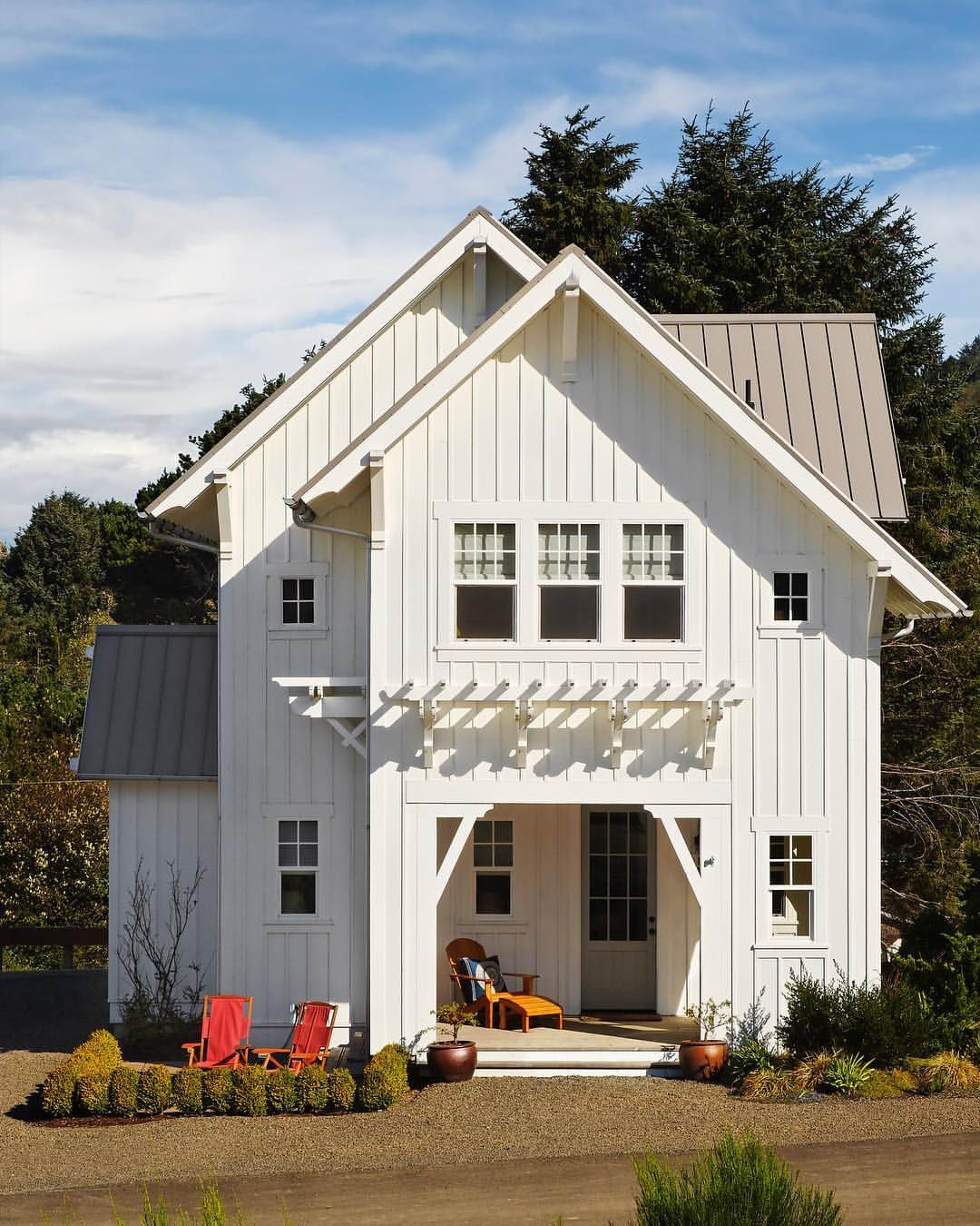 4 219 Likes 54 Comments Sunset Magazine Sunsetmag On Instagram This Classic Home On The Oregon Classic House Modern Farmhouse Exterior Sunset Magazine