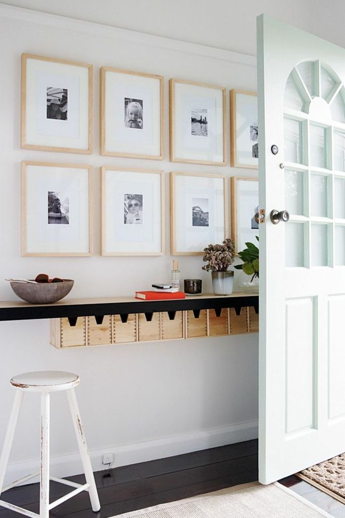 comment d corer le mur avec une belle tag re murale bar en bois chaises de bar et murs blancs. Black Bedroom Furniture Sets. Home Design Ideas