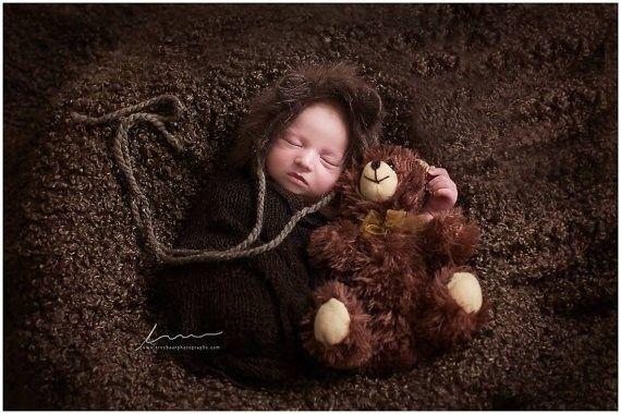Tejido elástico café.Producto versátil, para utilizar para envolver al bebé, crear un nido o simplemente como manta o base. Puede estirarse con facilidad y así ser utilizado en otros posiblidades fotográficas. Medidas sin estirar: 38 x 160 cm. aproximadamente.