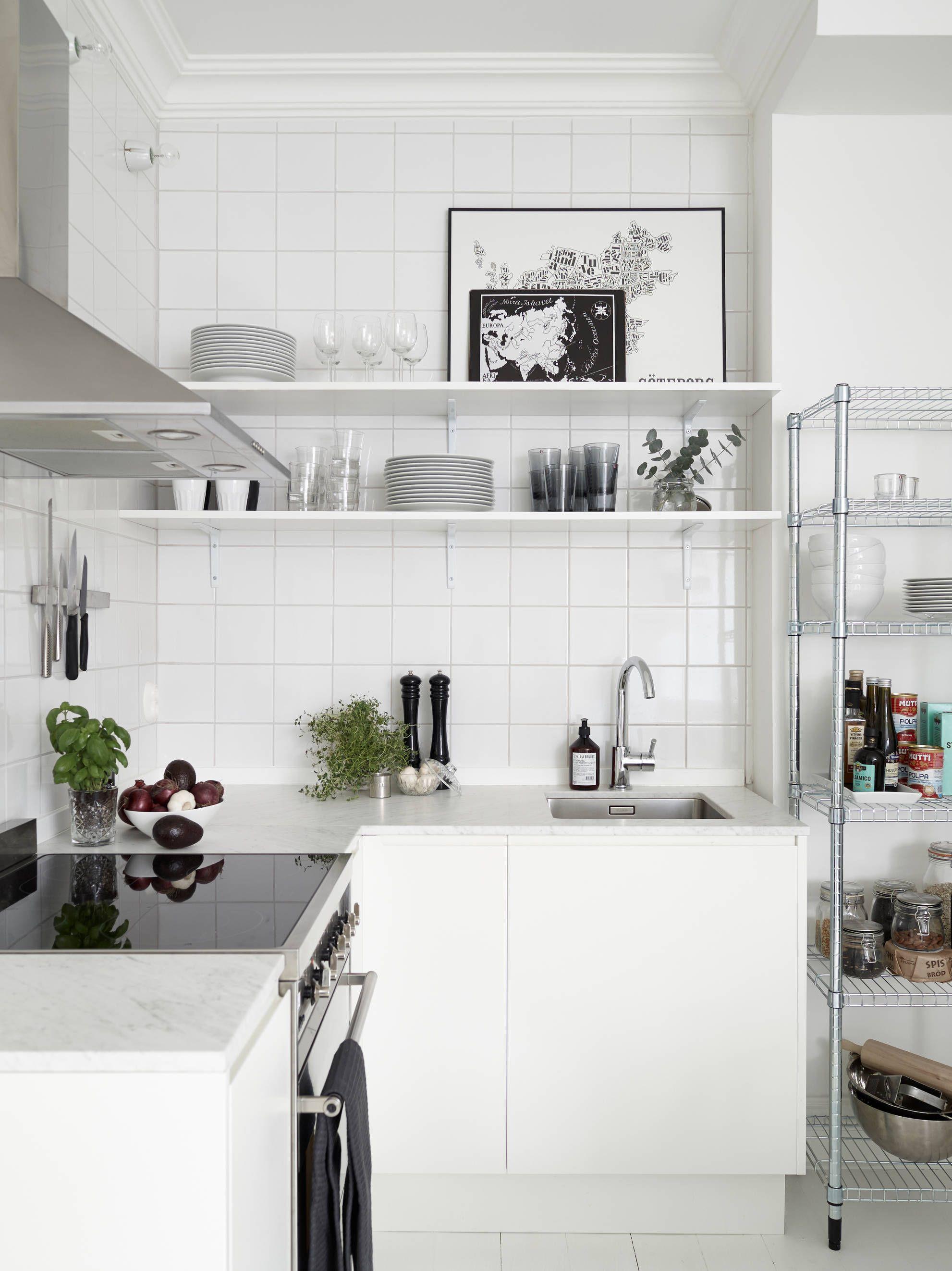 Wohnen einrichtung schwedische küche schwedisch home weißen küchenschränke offene regale industrieregale speisekammer regale kleine küchen