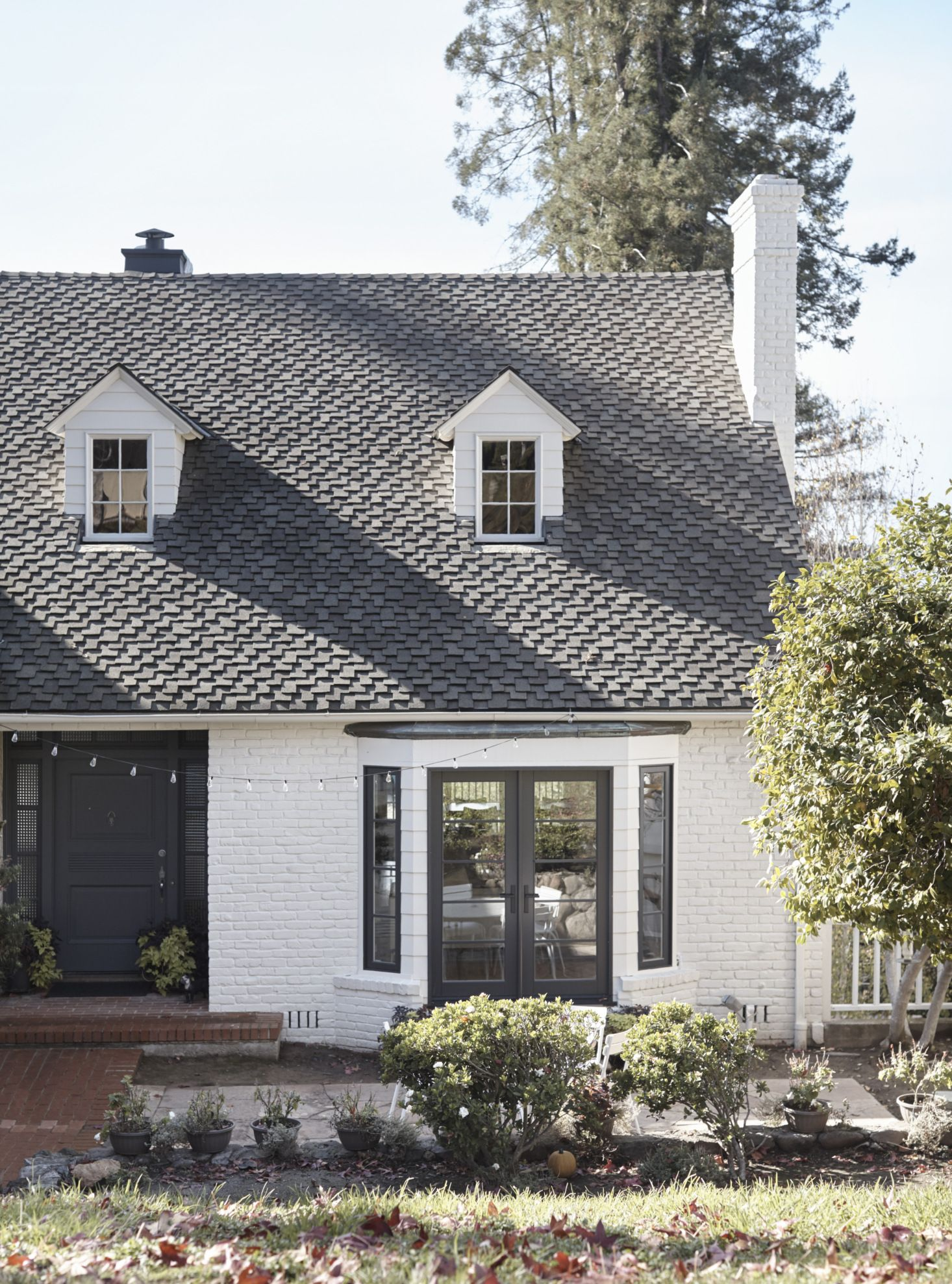 Suburban Staid No More A Stylish New California French Look For A Bay Area House House Paint Exterior Bay Window Exterior White Brick Houses