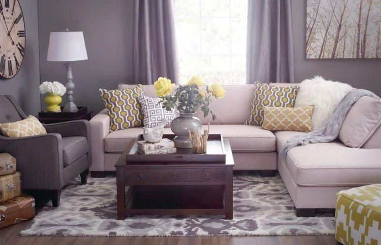 peinture salon gris clair et un canap blanc avec des coussins en jaune et blanc