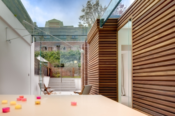 This urban retreat set in Duncan Terrace, London is a stunning statement in luxe architectural design. With crisp clean lines, natural wood, and structured glass rooms that flood with natural light from sunrise to sunset, dosArchitects has created the ultimate British dreamhouse.