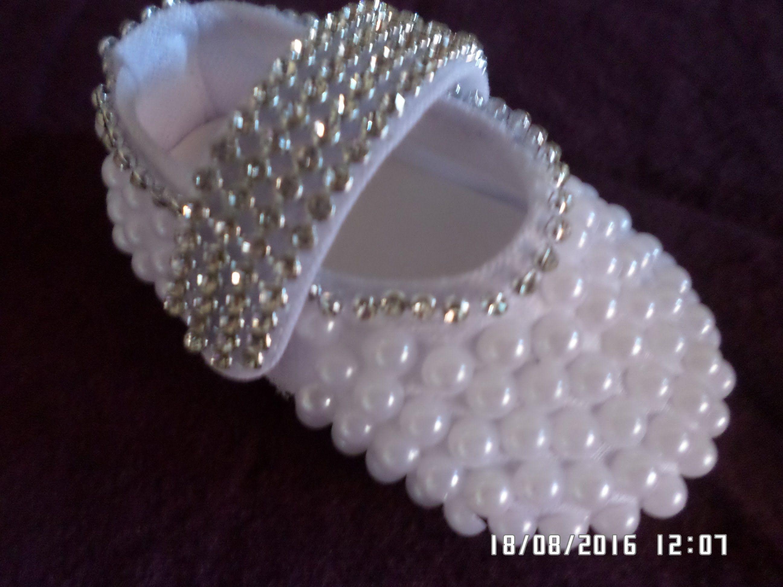 7927c6c8e9 Como customizar sapatinho de bebê com perolas e strass passo a passo ...