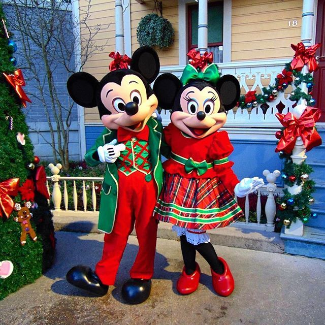 Christmas Minnie Mouse Disneyland.Mickey And Minnie Mouse In Their Christmas Outfits On Main