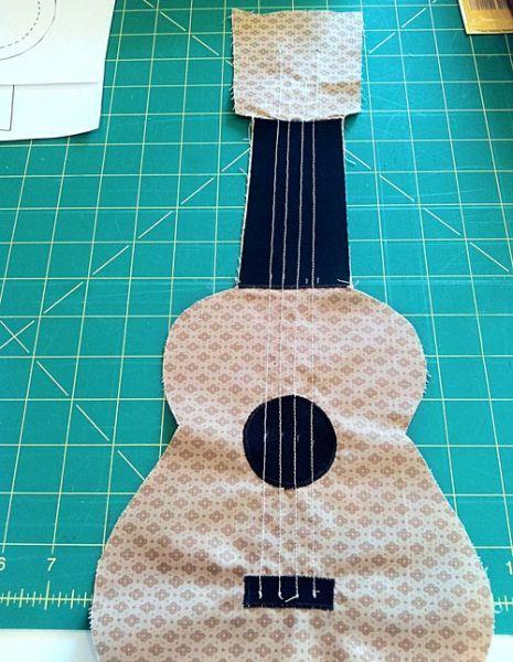 Esta almofada violão de tecido pode ficar no quarto de seus filhos ou decorando outro cantinho de sua casa. Dicas para Fazer Violão de ...