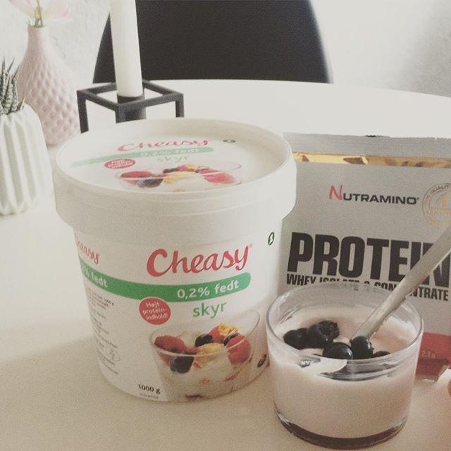 """""""#Cheasy skyr med #Nutramino #jordbær#proteinpulver - det smager VIRKELIG ligesom #Danone, og derfor ret usundt, selvom det er mega sundt #sundt #skyr blåbær på toppen"""" Photo taken by @losalbers on Instagram, pinned via the InstaPin iOS App! http://www.instapinapp.com (07/19/2015)"""