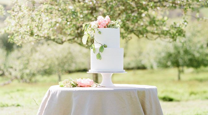Bolo de casamento.  Branco com flores.