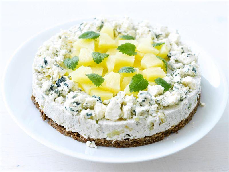 Voileipäkakku kuuluu juhlapöytään. Hyydytettävä kakku on helppo valmistaa irtopohjavuokaan. Se kannattaakin tehdä jo edellisenä päivänä koristelua vaille valmiiksi, jotta täyte ehtii hyytyä ja maut tasoittua.