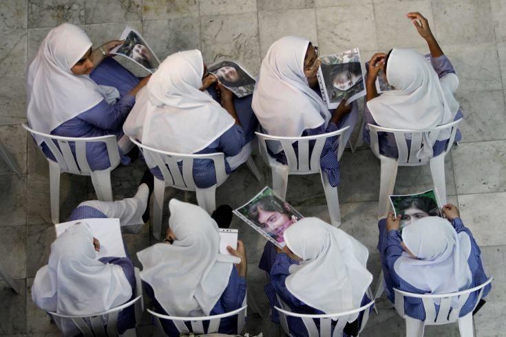 Modella di comportamento (non di portamento)  (Per tenere alta l'attenzione sul fatto che Malala Yousufzai sta ancora combattendo per tornare a vivere postiamo questa foto che ritrae alcune studentesse all'Ambasciata Pakistani ad Abu Dhabi con in mano la sua foto)  Ph. Kamran Jebreili