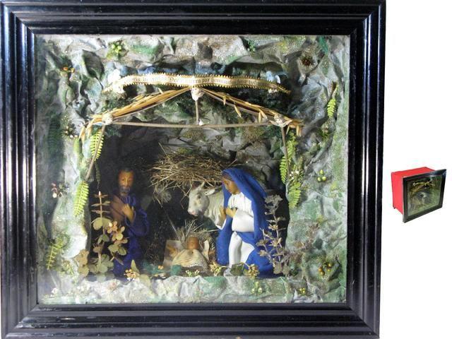 Petite Vitrine Figurant La Nativite Contenant L Enfant Jesus Saint