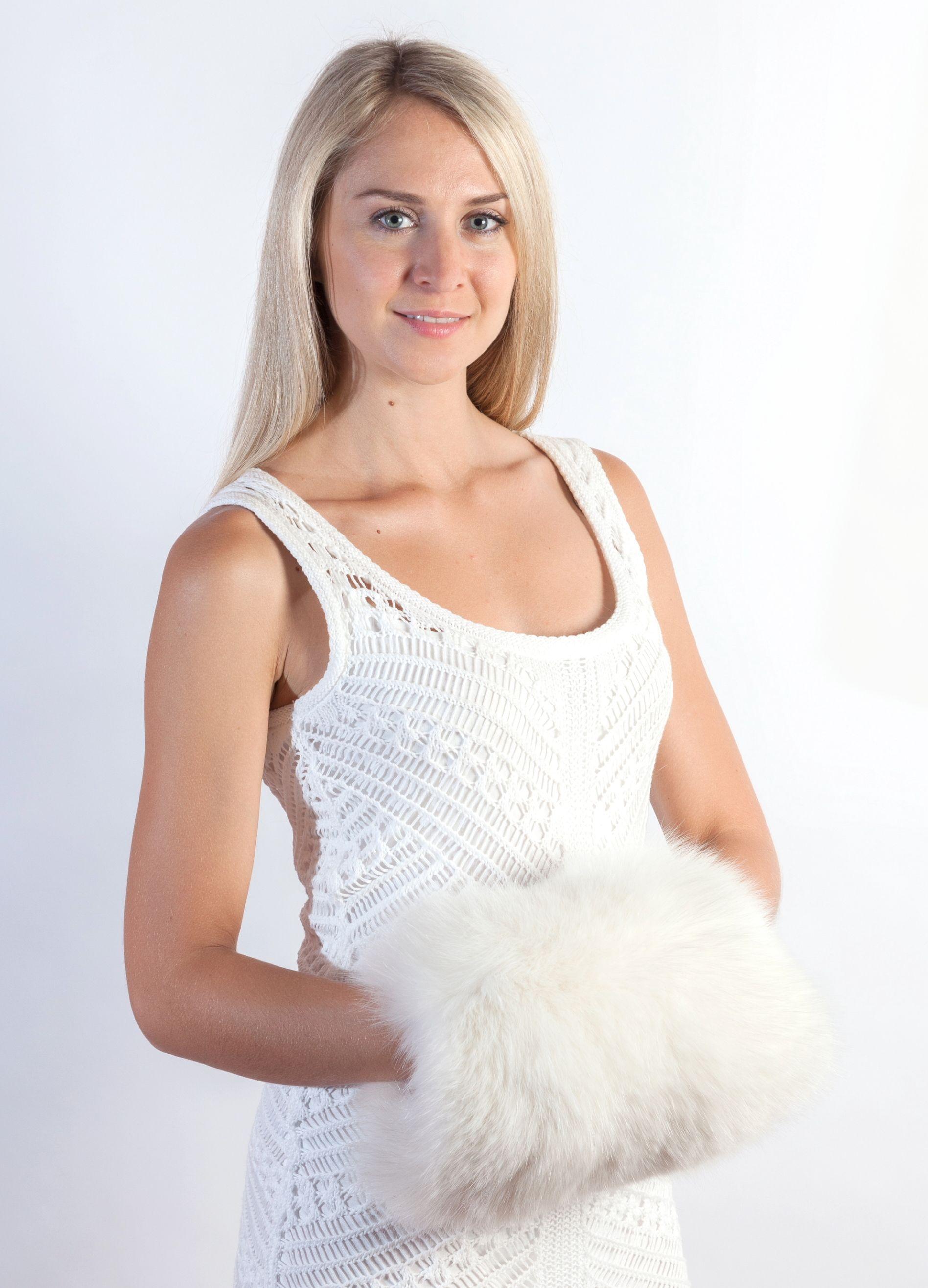 Il manicotto in soffice volpe bianca e  sempre alla moda ed adatto per un  matrimonio 1228ef45e422