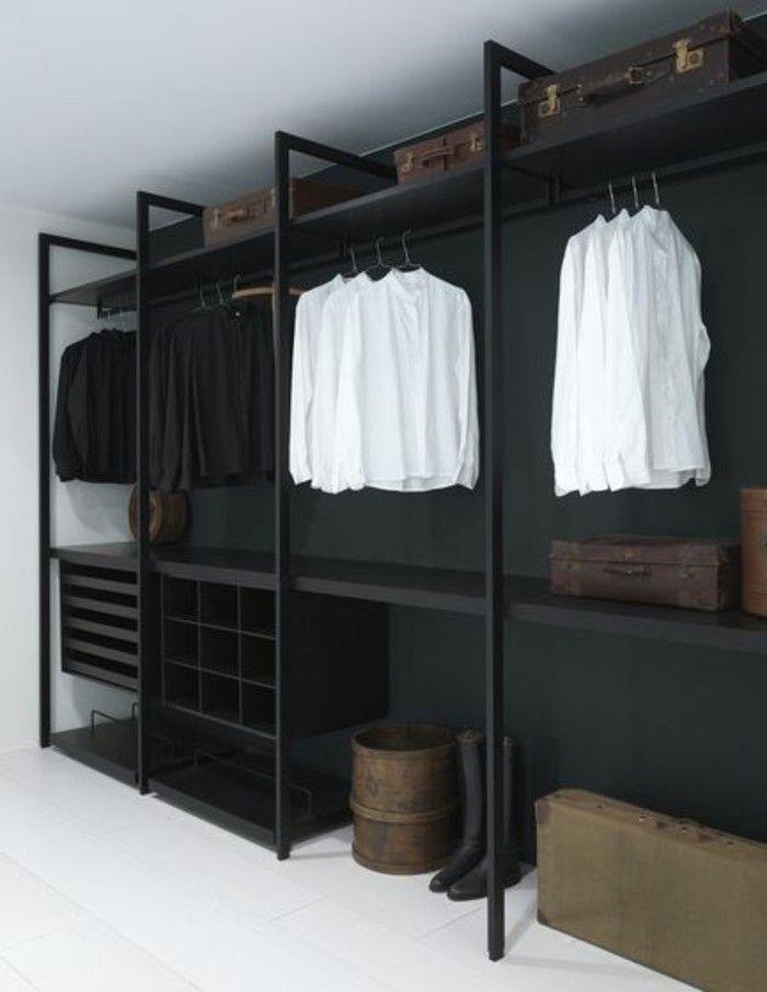 offener kleiderschrank schwarz weiss koffer stiefel ...