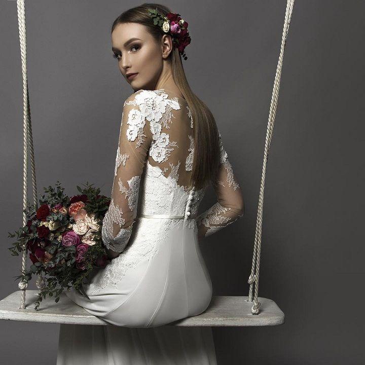 Long sleeve wedding dress #weddinggown #autumnweddingdress #wedding #weddingdresses #longsleeve
