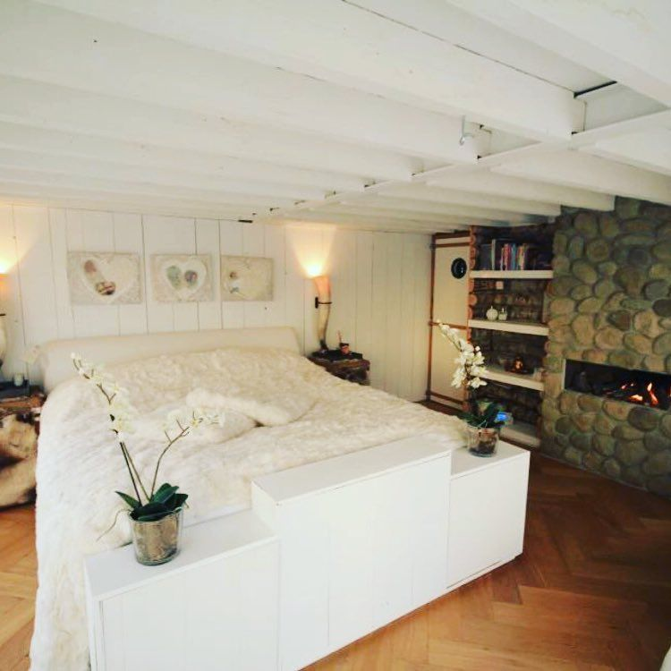 Global Moodmakers creates the ultimate winter bedroom globalmoodmakers.com #bedroom #fireplace #lodge #white #globalmoodmakers #unique #ultimate #experience #cocooningtime #wintertime #cosynight #amsterdam #stockholm #oslo #aspen #proudofmyteam