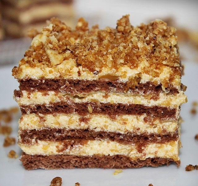 Ünnepi alkalomra, de egy kis hétköznapi kényeztetésre egyaránt ajánljuk. Könnyű kakaós piskóta és mennyei karamellás krém találkozása egy desszertben.