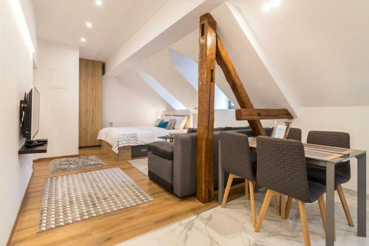 Mansarda con camera da letto tavolo da pranzo con sedie soffitto