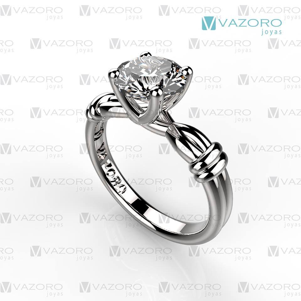 Anillo de compromiso en oro blanco de 14 o 19 kilates con diamante central de medio quilate.