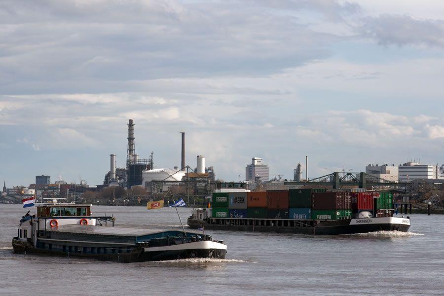 Die deutsche Wirtschaft ist auf Importe von Rohstoffen angewiesen, die unter anderem über den Rhein transportiert werden. Die fallenden Preise haben den Leistungsbilanzüberschuss wachsen lassen.