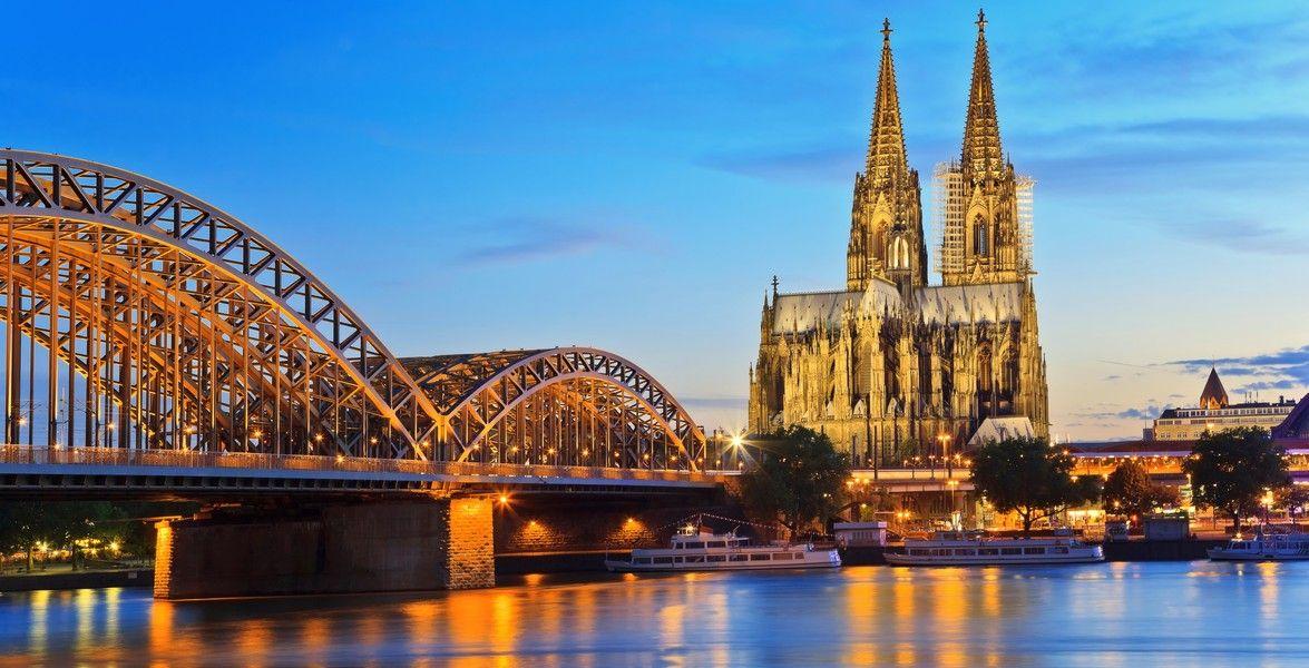 Köln (Nordrhein-Westfalen): Köln ist mit mehr als einer Million Einwohnern die bevölkerungsreichste Stadt des Landes Nordrhein-Westfalen sowie die viertgrößte Stadt Deutschlands. Sie wurde in römischer Zeit unter dem Namen Oppidum Ubiorum gegründet und als Colonia Claudia Ara Agrippinensium (CCAA) zur Stadt erhoben. Bekannt ist sie vor allem für ihre über 2000-jährige Geschichte, ihr kulturelles und architektonisches Erbe, den Kölner Dom sowie für ihre international bedeutenden…