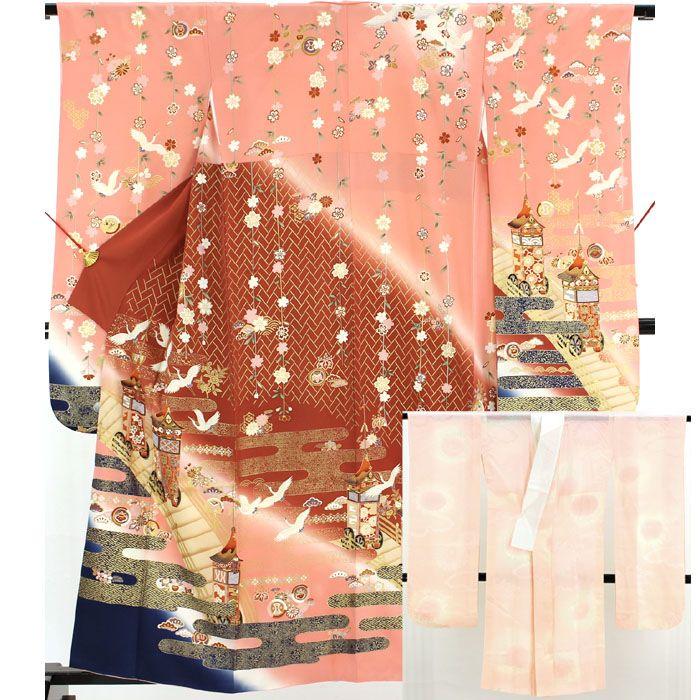 身丈154cm 裄丈63.5cm 袖丈97cm 前巾22.5cm 後巾29cm 【素材】 正絹 【状態】 少々難 【詳細】【 広衿 】 <柄> 振袖  桃色と濃い茶色で分かれた地になっていて、袖や裾先は紺地になっています。 肩から枝垂桜や小さな松や菊の花が入り、背には金の紗綾形や霞柄が入っています。 袖や裾部分にはたくさんの鶴が飛び立ち、金と紺の霞に金の橋を渡る花や菱、霞などの柄に赤い京都の鉾が入った豪華な振袖です。
