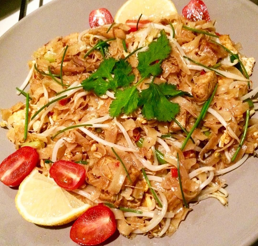 I ❤️ NOODLES!! You can call it..PAD THAI, the famous thai noodles. Fried noodle with scrambled eggs, tamarind, fish and soy sauce, garlic, ginger, chili, limes. I added a lot of bean sprouts, tofu, leek, fresh cherry tomatoes, lemon, coriander leaves and chopped chives. #padthai #padthainoodles #noodles #friednoodles #thaifood #vegan #vegetariandish #vegetarisch #vegetable #vegetarian #beansprouts #tofu #tastyfood #tasty #delicious #deliciousfood #foodpassion #foodie #foodpics #lovetocook…