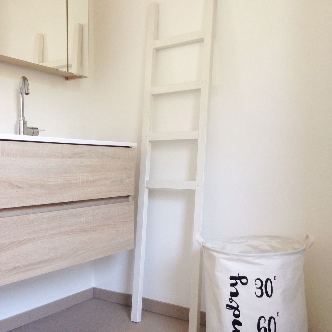 Badkamer detail. Ladder als handdoekrek, wasmand van kwantum ...