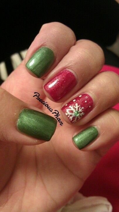 Red and Green Snowflake Manicure in 2020   Green nails ...